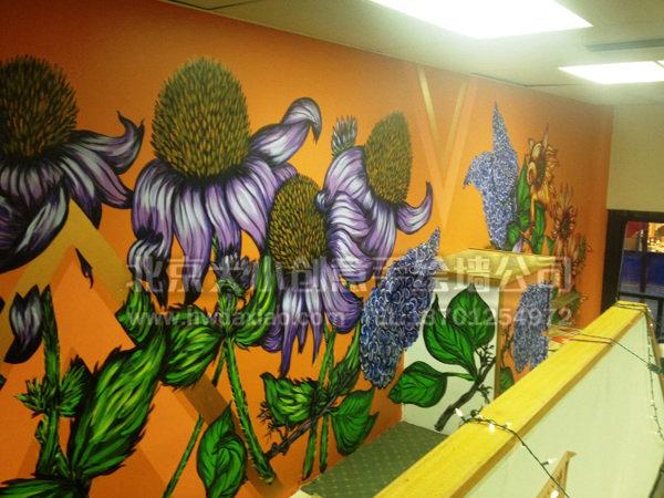 楼梯空间较为开阔,屋主也是活泼热爱运动、热爱花卉之人,所以选择了橙色的动感活泼的手绘墙背景,加上热烈夸张的大型花卉墙体彩绘,热情奔放的空间氛围跃然于眼前,完成的手绘壁画让人仿佛进入一个巨型花园一般,装饰性和娱乐性都得到了体现。 更多墙体彩绘详情请点击>大小手绘墙绘创意(http://www.