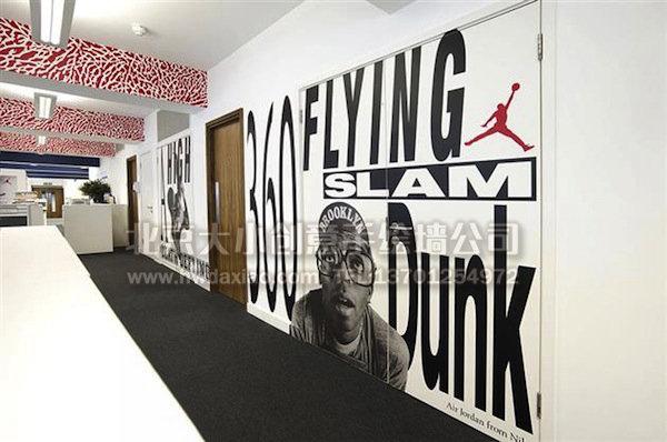 型空间的办公室手绘墙,一般不会全部画满,而是选几面主墙,进行较大面积绘制,同时会对天花板或者其他类型的非主墙进行装饰性的绘制,这样的墙体彩绘更加有层次,使整个空间不会过于混乱。NIKE公司伦敦区办公室的手绘壁画就值得我们参考。 更多墙体彩绘详情请点击>大小手绘墙绘创意(http://www.