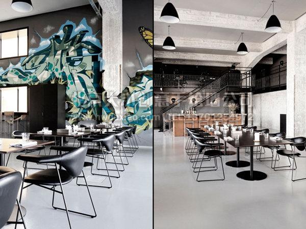 餐厅是由一家废旧工厂改装而成,空间宽敞,除了裸露的混凝土柱子和墙壁再没有其他装饰物,设计师根据原有建筑的粗犷风格,打造了这款十分具有活力与视觉冲撞力的涂鸦风格手绘墙壁画,在一片荒芜之中,墙体彩绘看起来分外引人注目,也让餐厅的粗犷风格得到了淋漓尽致的发挥。 更多墙体彩绘详情请点击>大小手绘墙绘创意(http://www.