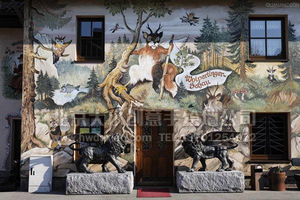 """古典写实风格旅店外墙手绘墙,细腻的笔触,温暖而平实的色彩,栩栩如生的形象表情,无一不大动着来往的游客,看到这样用心制作的墙体彩绘,让人忍不住进店去一探究竟。 大小手绘,您身边的墙绘壁画专家!更多墙体彩绘详情请点击>大小手绘墙绘创意(http://www.hwdaxiao.com) [[img ALT=""""餐厅手绘墙 酒吧墙绘 咖啡厅墙绘 外墙彩绘 创意墙绘 手绘涂鸦 墙体彩绘 手绘壁画 墙绘价格 北京墙绘公司 手绘墙"""" src=""""http://simg."""