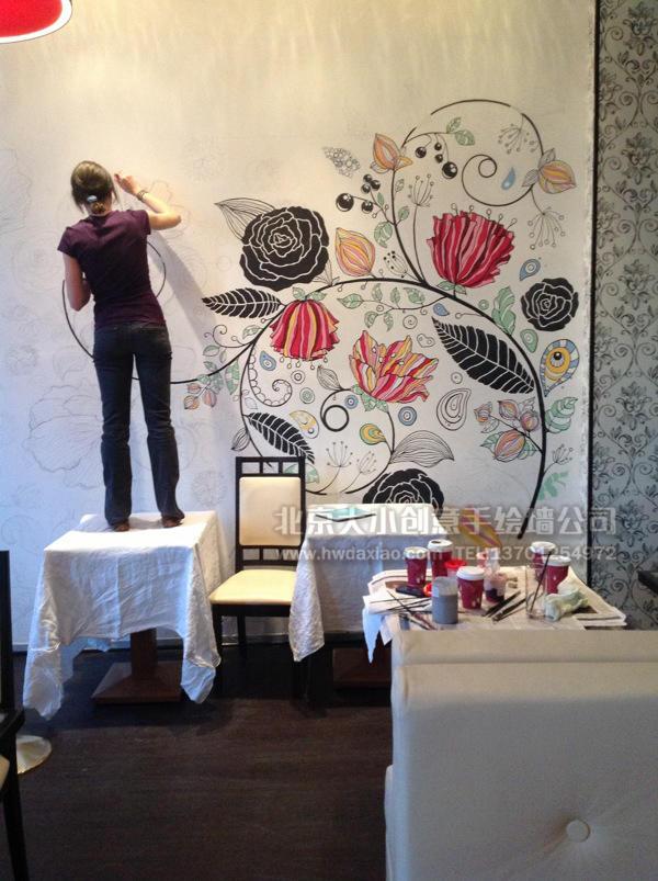 十分优雅安静,具有艺术欣赏性的藤蔓花卉手绘墙壁画,适合大部分公共空间,无论是办公室还是餐厅、咖啡厅,都会让整个空间的档次得到一个很好的提升。即使是装修自家的客厅或是卧室、走廊,也会显得高贵大方,总之是非常优秀的墙体彩绘的选择。 大小手绘,您身边的墙绘壁画专家!更多详情请点击>http://www.