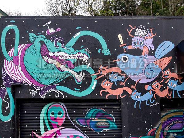 """颜色俏丽的卡通手绘墙壁画,以天马行空的想象力,用各种让人忍俊不禁的卡通人物形象和艳丽的色彩,为这间车库打造了一副具有活力的外墙墙体彩绘,十分引人注目。大小手绘,您身边的墙绘壁画专家!更多详情请点击>http://www.hwdaxiao.com。 [[img ALT=""""创意墙绘 办公室手绘墙 外墙彩绘 餐厅手绘墙 商场手绘墙 涂鸦手绘墙 手绘墙素材 北京墙绘公司 手绘墙 墙体彩绘 墙绘价格 手绘壁画创意墙绘 办公室手绘墙 外墙彩绘 车库壁画 校园手绘墙 餐厅手绘墙"""" src=""""http://s"""