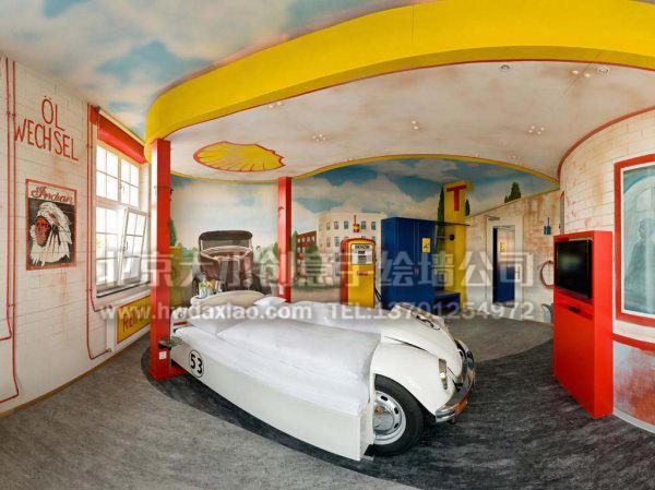 这家汽车主题酒店的每间房都通过手绘墙壁画的方式,被设计成与汽车有关的不同主题,无论是汽车的配件,还是精心设计的墙体彩绘,都变成了旅店的装饰部件,并与整个空间融为一体,十分具有创意。 大小手绘,您身边的墙绘壁画专家!更多详情请点击>http://www.hwdaxiao.com。