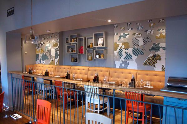 很有趣的用花牛作为墙体彩绘的主题餐厅,打造了一份平稳安逸的环境的同时,又不乏个性,尤其适合装饰餐厅、咖啡厅等环境,令人印象深刻。有时候出人意料的手绘墙壁画素材,往往打造出让人意想不到的好效果。 大小手绘,您身边的墙绘壁画专家!更多详情请点击>www.hwdaxiao.