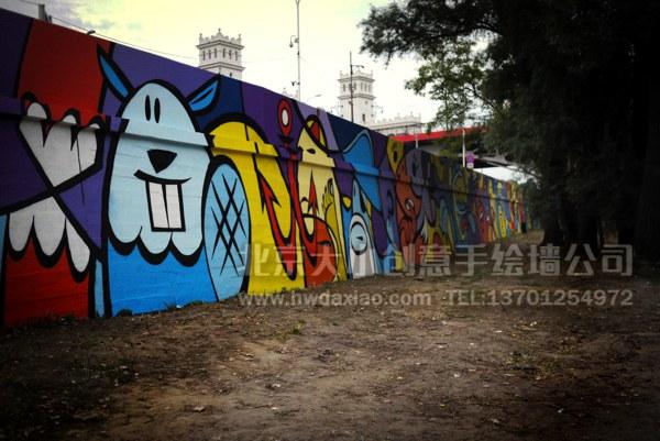 """用色彩装扮生活,充满活力的开心卡通人物手绘墙壁画,让整个暗淡的街道瞬间变得靓丽起来,让人充满活力。 大小手绘,您身边的墙绘壁画专家!更多墙绘、彩绘详情请点击>http://www.hwdaxiao.com [[img ALT=""""创意墙绘 办公室手绘墙 外墙彩绘 街道壁画 校园文化墙 走廊壁画 学校手绘墙 餐厅手绘墙 商场手绘墙 卡通彩绘 手绘墙素材 北京墙绘公司 手绘墙 幼儿园彩绘 墙体彩绘 墙绘价格 手绘壁画"""" src=""""http://simg."""