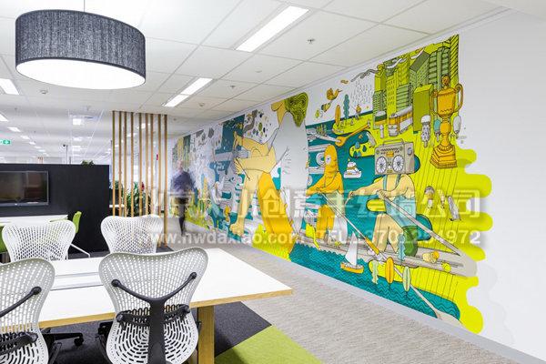 这是澳大利亚联邦银行位于墨尔本的分行电话营销中心的办公室,整个空间的设计最令人惊叹的是贯穿整个室内空间的以墙体彩绘为主的企业文化墙,鲜艳的色彩,细腻而风趣的手绘壁画,描述了许多城市的景象和有趣的故事。 有人物、花草、标志、路牌、涂鸦等。这是一个基于都市生活的创作理念,有趣的故事、地名学和文化生活,这样的墙体彩绘渲染了轻松愉快的工作氛围,使压力很大的银行员工轻松不少。                 标签: 办公室背景墙 走廊壁画 店铺背景墙 企业文化墙 餐厅背景墙 墙体手绘 墙体彩绘 墙绘 北京手绘墙 小