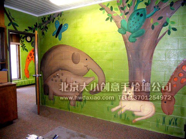 """深受小朋友们喜爱的大森林和海洋生物主题的手绘墙壁画结合在了一起,无论是学校、儿童诊所,或是各类培训机构、儿童乐园,或是儿童房间选用,都是很好的选择。 大小手绘,您身边的墙绘壁画专家!更多墙绘、彩绘创意详情请点击>http://www.hwdaxiao.com [[img ALT=""""创意墙绘 婴儿房彩绘 儿童房手绘墙 卡通墙绘 幼儿园墙面彩绘 早教中心手绘墙 卡通彩绘 餐厅手绘墙 儿童乐园壁画 北京墙绘公司 手绘墙 墙体彩绘 墙绘价格 手绘壁画 儿童医院壁画 """" src=""""http://simg"""