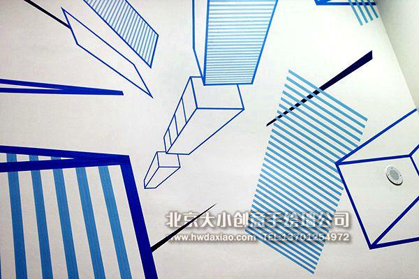 """设计师用纯粹的几何透视图形作为墙体彩绘选题,可谓是大胆创新,各种几何图形交相辉映,形成了一副简洁却又不失动感的完美画面。 大小手绘,您身边的墙绘壁画专家!更多墙绘、彩绘创意详情请点击>http://www.hwdaxiao.com [[img src=""""http://simg.sinajs.cn/blog7style/images/common/sg_trans."""