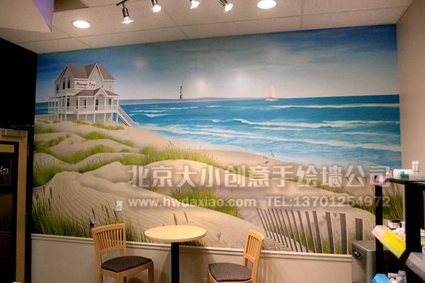 在人们熟悉的埃菲尔铁塔周边风景中,墙体彩绘加入了设计师的想象,变成了这所公寓特有的手绘墙壁画,细腻而精致的绘制让人觉得此时正身在塞纳河畔,舒缓身心的同时,窗口的画面让视觉可以延伸到很远的地方,让房间看起来更宽阔,视野更舒远。 更多墙体彩绘、手绘墙壁画创意详情请点击>http://www.
