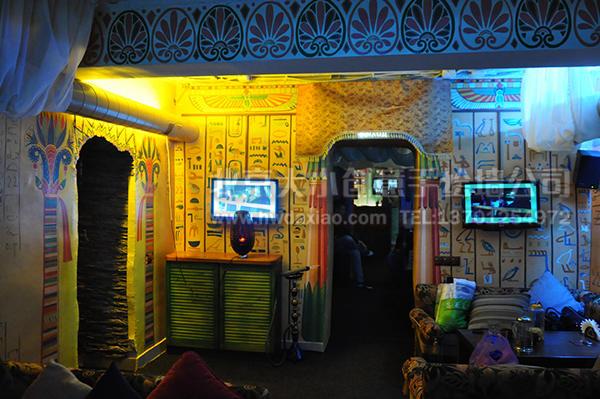 埃及风格主题旅店餐厅手绘墙壁画,墙壁上都是关于古埃及的壁画和埃及文字的符号图案,配以相应的家具摆设,充满了民族色彩和神秘色彩。这样的主题旅店和餐厅,以其独特的魅力,往往对客人更有吸引力。 大小手绘,您身边的墙绘壁画专家!更多墙绘、彩绘创意详情请点击>http://www.
