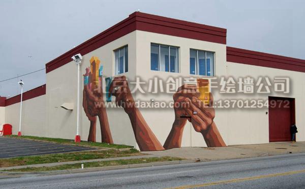 用墙体彩绘装饰过的外墙,看起来再也不会了冷冰冰很无趣了,而双手托起的包装盒也表达了物流公司所宣传的意图,是一幅既实用又美观的手绘墙壁画。 大小手绘,您身边的墙绘壁画专家!更多墙绘、彩绘创意详情请点击>http://www.hwdaxiao.com