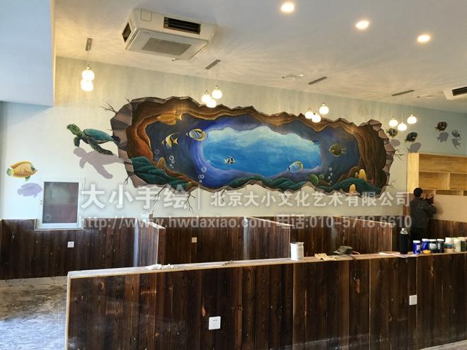 """同时,也可以关注我们的微信公众平台大小创意壁画,那里有更多好玩有趣的手绘作品欣赏。 [[img ALT=""""创意墙绘 办公手绘墙 餐厅手绘墙 3D立体画 海底世界 海龟 龙虾 螃蟹 鱼 酒吧手绘墙 文化墙彩绘 手绘墙素材 北京墙绘公司 手绘墙 墙体彩绘 墙绘价格 手绘壁画"""" src=""""http://simg."""