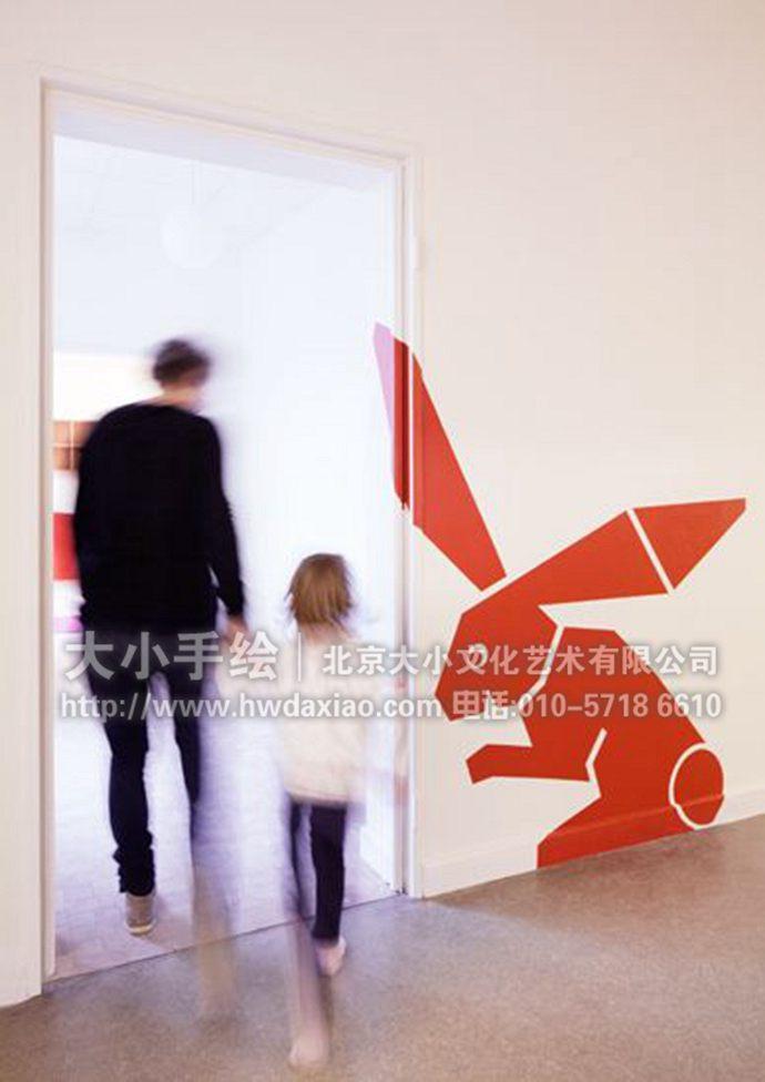 七巧板的动物世界:幼儿园走廊手绘墙壁画