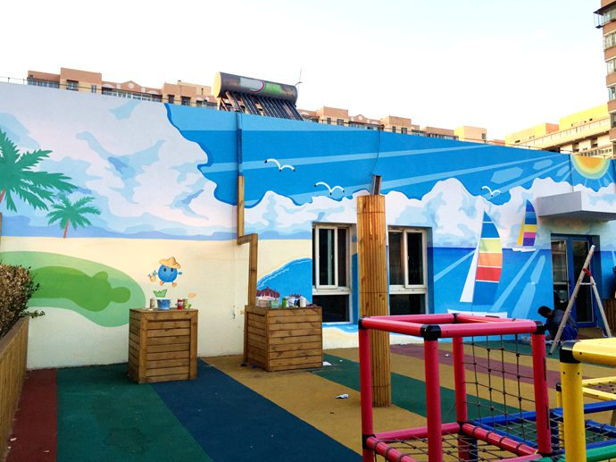 大海,沙滩,这幅幼儿园手绘墙壁画,充满海滨的热情,让身处钢铁森林的小
