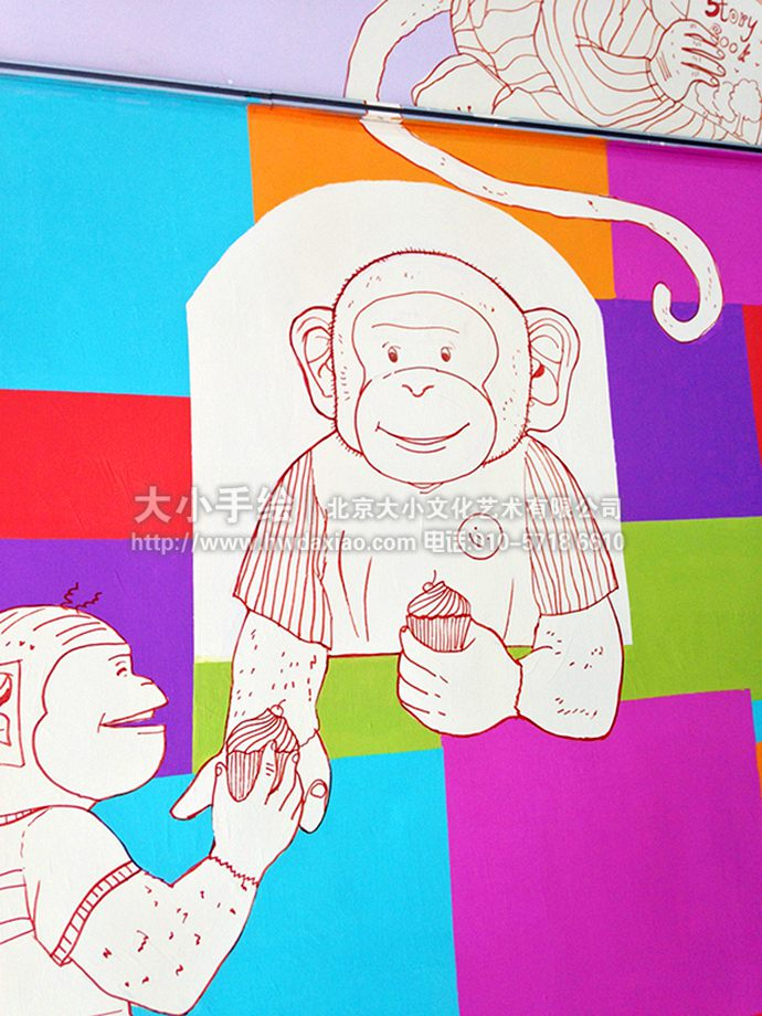 与以往的墙体彩绘不同,这幅墙绘采用了鲜艳的彩色格子作为背景